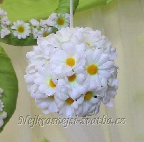 Polystyrenová podložka ve tvaru koule může být dozdobena různými květinami  a stát se tak pěkným doplňkem Vaší svatební kytice 87c26085fa7